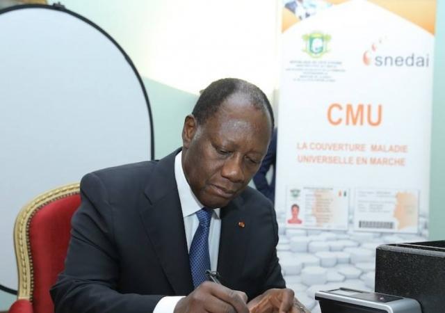 Signature d'un décret instituant un régime obligatoire complémentaire à la CMU pour les fonctionnaires et agents de l'Etat - 22 Mars 2017 à Abidjan
